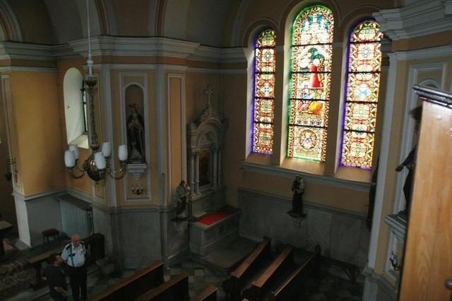 W środku kaplicy znajdują się ambony, rzeźby, obrazy