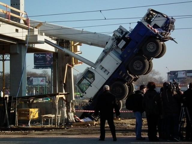 Wskutek katastrofy zginął robotnik. Drugi został ranny.