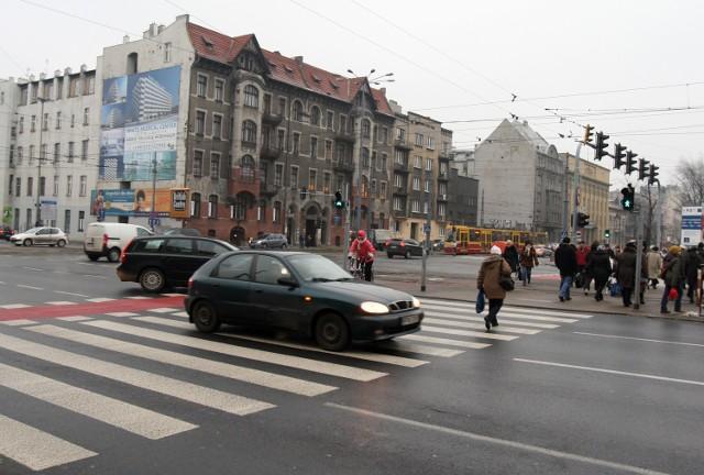 U zbiegu al. Kościuszki i Mickiewicza piesi często spieszą się na tramwaj