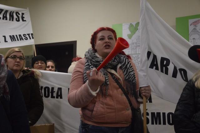 Na zdjęciu Klaudia Napieraj podczas protestu rodziców uczniów szkół w Piaszczynie, Słosinku i Kamnicy, jaki odbył się pod ratuszem w Miastku w lutym tego roku