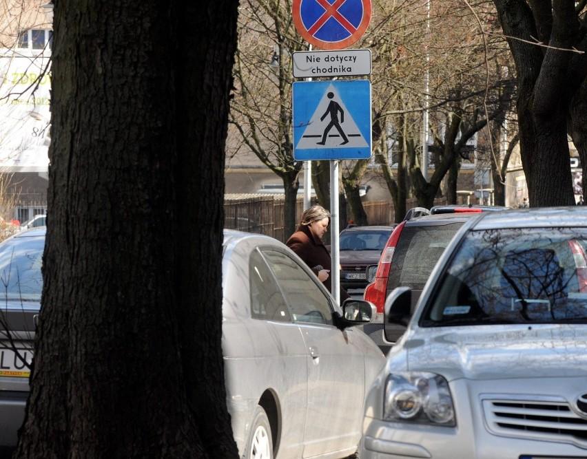Ul. Skłodowskiej: Samowolka kierowców i pieszych