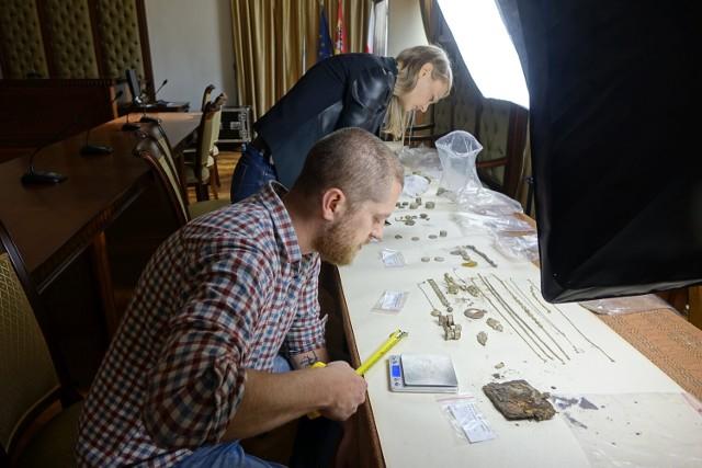 Niezwykłe odkrycie archeologów z nyskiego muzeum. Spod ulicy wykopali skarb.