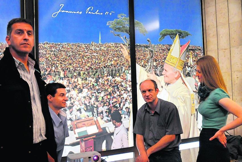 """Na wystawie w KUL zobaczymy ponad 40 zdjęć włoskiego fotografa Vittoriano Rastellego, dokumentujących najważniejsze wydarzenia pontyfikatu Jana Pawła II. W Katolickim Uniwersytecie Lubelskim, z okazji 25. rocznicy spotkania społeczności akademickiej z papieżem, otwarto wystawę """"Wyniesiony na ołtarze"""". Zdjęcia dokumentują m.in. słynne w pielgrzymki papieskie na Filipinach, w Brazylii, Turcji, Japonii, Stanach Zjednoczonych czy Kenii. Wystawa w holu gmachu głównego będzie czynna do połowy października."""