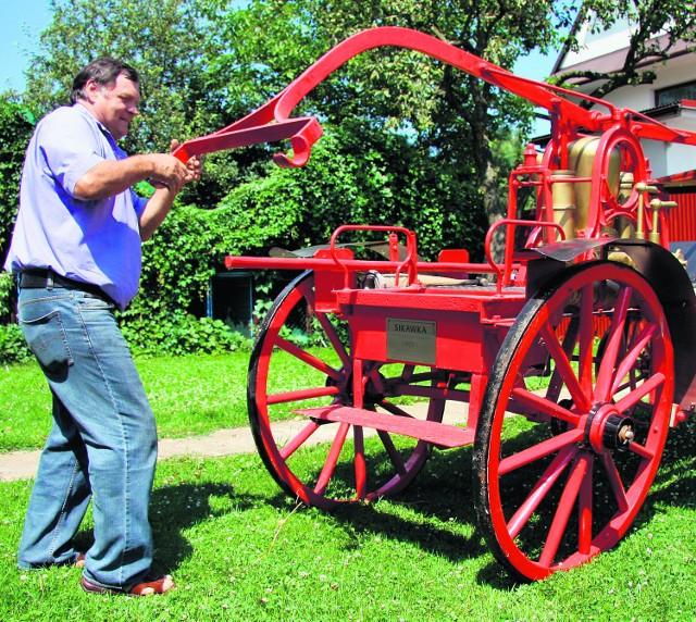 Wiesław Cebula prezentuje odrestaurowany sprzęt strażacki