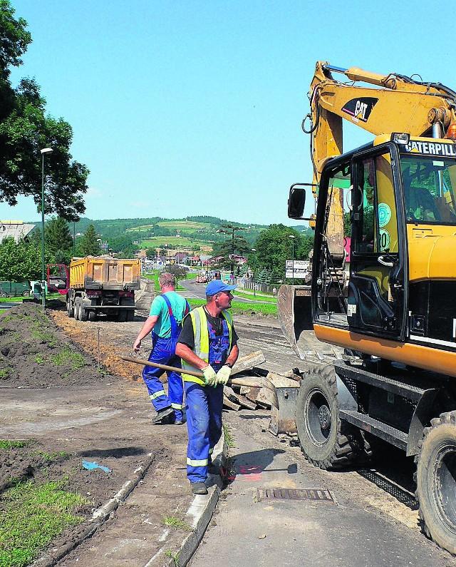 Drogowcom udało się już zedrzeć niemal cały asfalt z remontowanego odcinka
