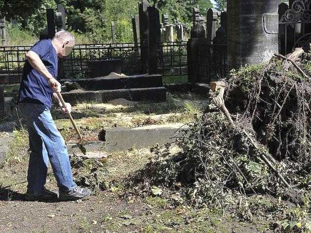 Skazani z Zakładu Karnego Nr 1 w Łodzi sprzątali cmentarz żydowski przy ul. Brackiej.