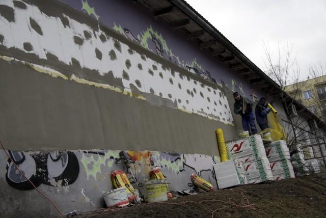 Z budynku przy ul. Jana Karskiego zniknęło  graffiti
