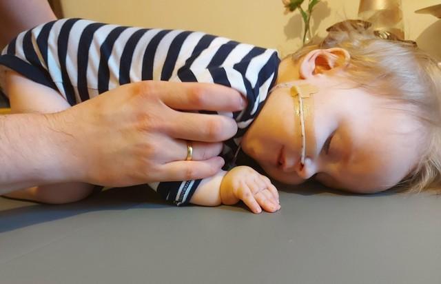 Hania Łączkowska podczas ćwiczeń. Terapia genowa dziewczynki w Stanach, to jej jedyna szansa i musi się rozpocząć jak najszybciej.