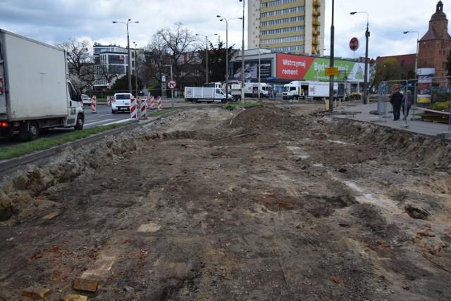 Przyjrzyjcie się dobrze. W miejscu, gdzie łączyły się dwa pasy rozebranej części ul. Wybickiego, widać fragmenty ceglanego muru.