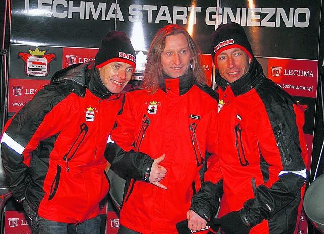 Adam Skórnicki (w środku) w towarzystwie swoich nowych kolegów ze Startu Gniezno. Z lewej Duńczyk Bjarne Pedersen, a z prawej Szwed Magnus Zetterstroem