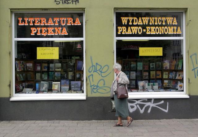 Właściciele obniżają ceny, żeby wyprzedać zapasy książek