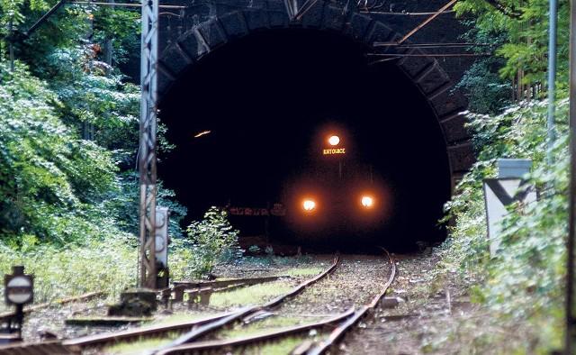 Pociągi jeżdżące z Bielska-Białej do Żywca i odwrotnie korzystają dziś z tego tunelu