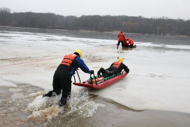 Policjanci zaprezentowali, jak można uratować człowieka, pod którym załamał się lód