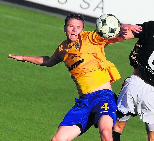 Adrian Mrowiec walczy o piłkę. W niedzielę jednak niczym nie zaimponował