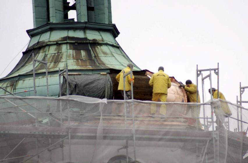 Od kilku dni trwają prace na szczycie Bramy Krakowskiej, związane z wymianą poszycia dachu