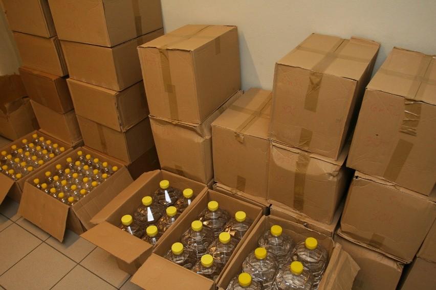 Ponad 800 litrów spirytusu oraz prawie 1900 paczek papierosów pochodzących z przemytu ukrywał w swoim garażu 31-mieszkaniec Lublina.