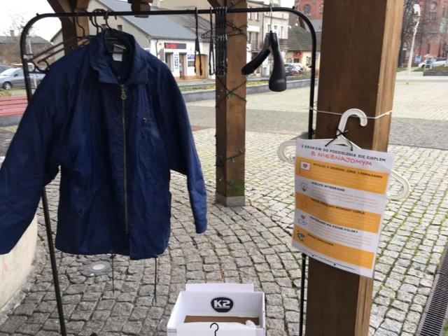 Na czeladzkim rynku znów pojawiło się miejsce, gdzie możemy zostawić ubrania zimowe dla potrzebujących Zobacz kolejne zdjęcia/plansze. Przesuwaj zdjęcia w prawo - naciśnij strzałkę lub przycisk NASTĘPNE