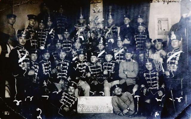 Czarni Huzarzy stacjonowali w koszarach we Wrzeszczu. Na tym nigdy wcześniej niepublikowanym zdjęciu z 1913 roku kawalerzyści stoją w garnizonowej świetlicy przy choince