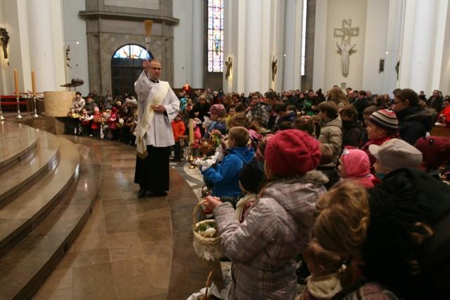 Święcenie pokarmów w katedrze w Katowicach