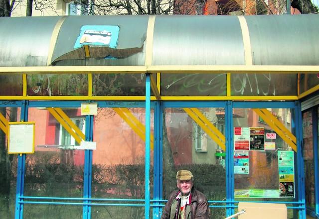 Taka wiata to wstyd dla miasta - uważa Tadeusz Koszek, który czeka na autobus na Lwowskiej