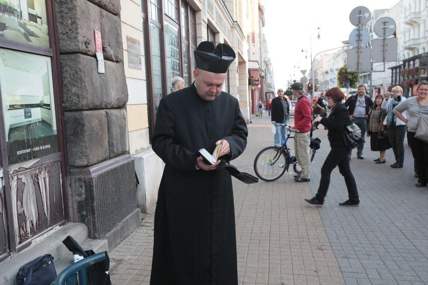 Człowiek-motyl udawał księdza ze śmietaną na kolanach [ZDJĘCIA+FILM]