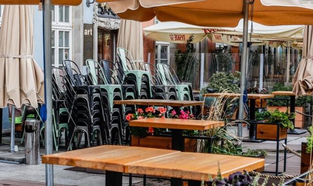 """Restauracje otworzą ogródki na świeżym powietrzu już w """"majówkę""""? Na razie lockdown w Polsce potrwa do 18. kwietnia. Minister zdrowia, Adam Niedzielski poinformował o przedłużeniu obostrzeń o kolejny tydzień. Tymczasem na horyzoncie pojawiają się już optymistyczne wieści ws. luzowania części restrykcji.  Szczegóły przeczytasz na kolejnych stronach ----->"""