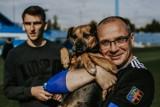 Ruch Chorzów wspiera adopcje psów ze schroniska. Piłkarze wystąpili w sesji z czworonogami