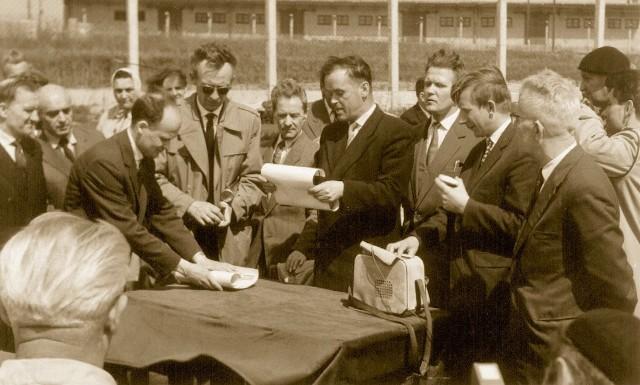 Wmurowanie kamienia węgielnego pod budowę obiektów spółdzielni odbyło się w kwietniu 1963 r.
