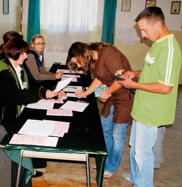 Iwona i Mateusz Jasionowscy z Jodłowna podczas głosowania