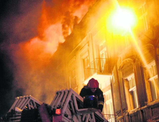 Pożar kamienicy gasiło prawie pięćdziesięciu strażaków