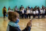 Nauczyciele zostaną przebadani na koronawirusa w czasie ferii 2021. Rząd zapowiada powrót do szkół uczniów z klas I-III. Jest wstępna data!