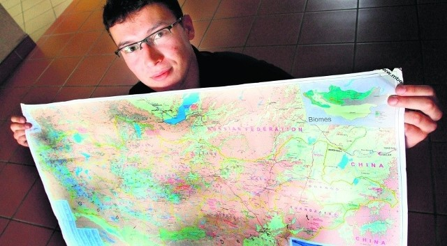 Michał Działowski pokazuje na mapie cel studenckiej podróży
