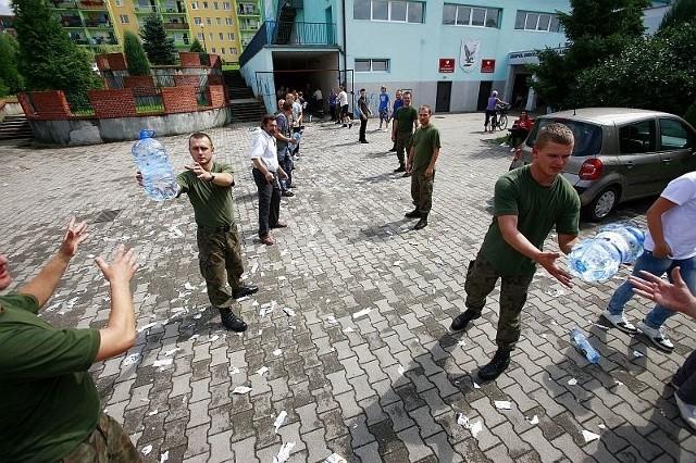 W rozładowywaniu darów pomagają żołnierze. W Bogatyni jest ich blisko pół tysiąca