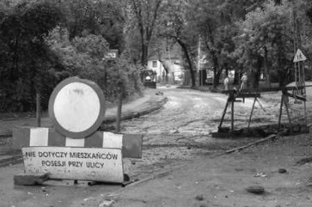Ulica Konopnickiej nadal jest nieprzejezdna, nawet na krótkim odcinku do szkoły.