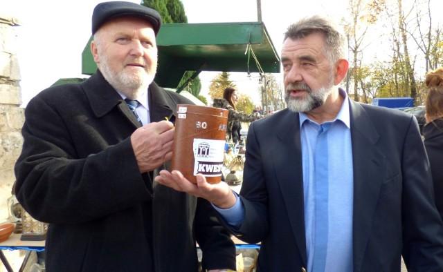 Buską kwestą zaduszkową dyryguje Leszek Gadawski (z prawej), prezes Towarzystwa Miłośników Buska-Zdroju. Radny Witold Gajewski kwestuje co roku - teraz po raz dziewiętnasty.