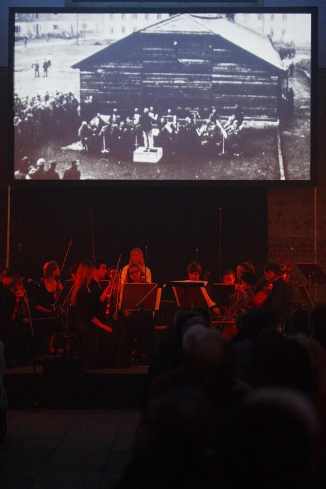 Muzyce towarzyszyły slajdy ukazujące obozowe życie