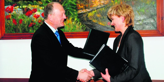 Burmistrz Biecza - Urszula Niemiec i wicemarszałek województwa - Leszek Zegzda  po podpisaniu umowy o przekazaniu środków