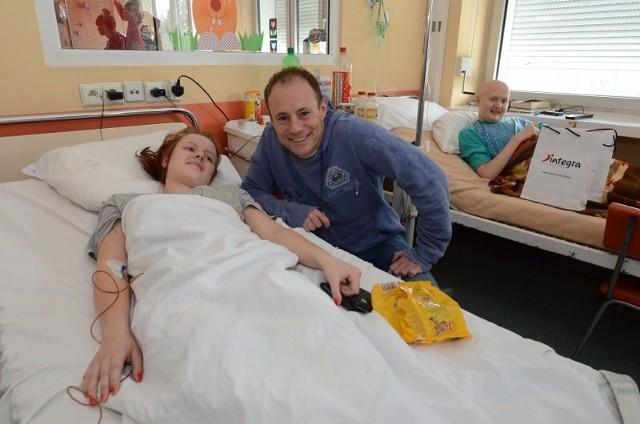 Dzieci ze szpitala im. Karola Jonschera wraz z Drużyną Szpiku odwiedzili Piotr Reiss, Kasia Wilk, Sylwia Grzeszczak i prezydent Ryszard Grobelny.