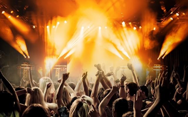 """W ten weekend Nowy Sącz nie zaśnie! Gorączkę sobotniej nocy rozkręci tam Czadoman ze swoimi największymi hitami takimi jak """"Ruda tańczy jak szalona"""", """"Chodź na kolana"""" czy """"Kochane panie"""".  Kiedy: sobota, 20 października 2018, godz. 20 Gdzie: EVENT club&restaurant, Nowy Sącz, ul.Zdrojowa 32"""