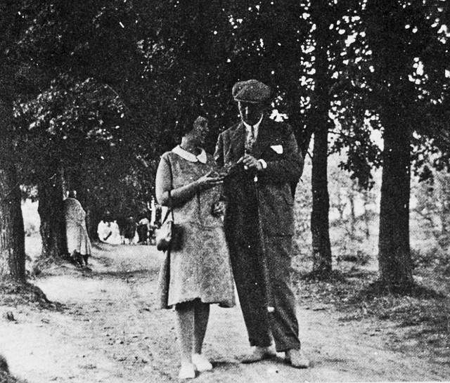 Na spacerze w tarnogórskim parku. Jorg nosi beret, ona jest modniejsza