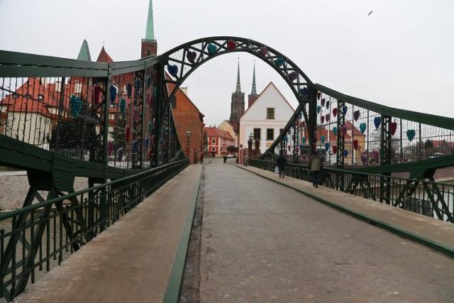 A jeśli już jesteś zakochany i Wrocław odwiedzasz ze swoją drugą połówką, koniecznie przejdźcie się po moście Tumskim. Kiedyś zakochani tam właśnie zawieszali kłódki z wyrytymi swoimi imionami, a kluczyki wyrzucali do wody. Niektórzy do dziś to robią, ale ostrzegamy - po remoncie mostu można za to dostać mandat! Za to pocałunek na moście Tumskim, zwanym też mostem Zakochanych, przynosi parze szczęście!