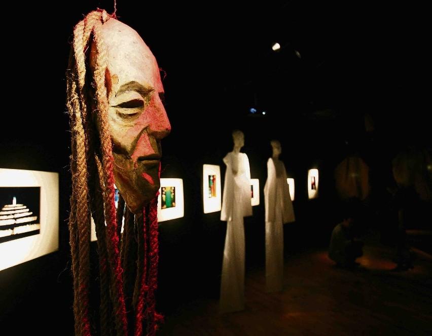 Na wystawie znalazły się makiety i fragmenty dekoracji ze spektakli Leszka Mądzika