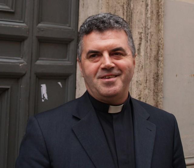 ks. Jan Głowczyk przy kościele św. Stanisława w Rzymie