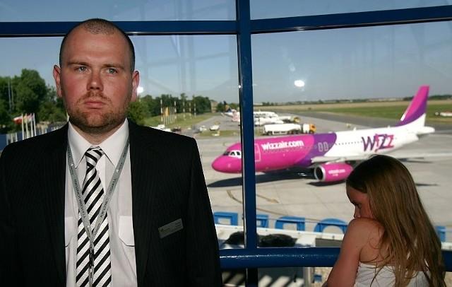 Tomasz Lenart, kierownik obsługi pasażerskiej, zapewnia, że lotnisko radzi sobie ze zwiększoną liczbą pasażerów