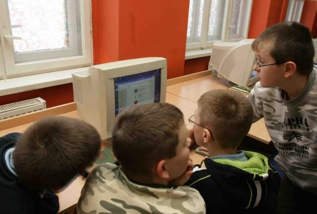 Kilku uczniów przy jednym komputerze to w naszym regionie prawie norma