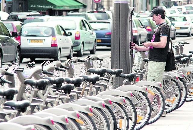Paryżanie korzystają z 20 tys. rowerów stojących w 1500 punktach miasta. My walczymy o 140 jednośladów w 17 miejscach