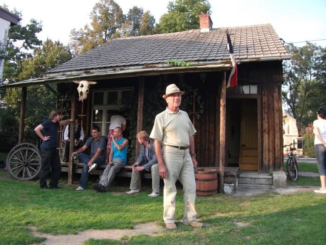 Jan Czarnynoga przed swoim rodzinnym domem na bojszowskim Dworzysku, który teraz gra w filmach