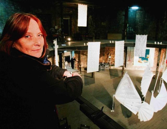 Ewa Rosiek-Buszko w Ruinach Teatru Miejskiego w Gliwicach. W tle wystawa jej prac