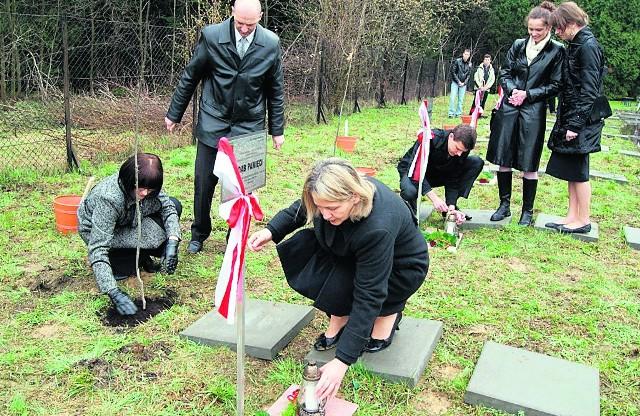 Dęby katyńskie w Rabce upamiętniły 12 rabczan, którzy zginęli w 1940 roku, a także ofiary katastrofy lotniczej
