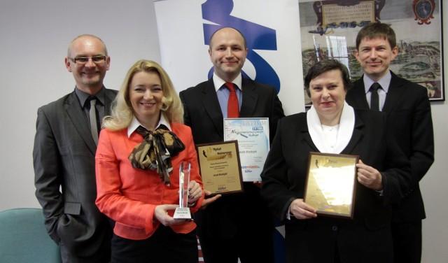 Na zdjęciu w środku Marta Wcisło, Jacek Madejek i Krystyna Małogłowska w towarzystwie redaktora naczelnego Dariusza Kotlarza oraz Dariusza Kołacza, prezesa Kuriera Lubelskiego.